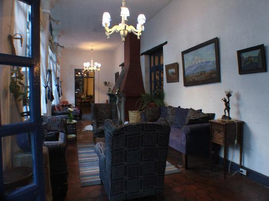 Hacienda Pinsaqui: Sitting area next to dinnig room with fireplace
