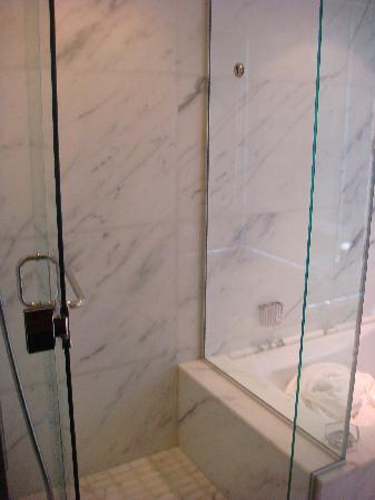 Shangri-La Hotel, Vancouver : Shower