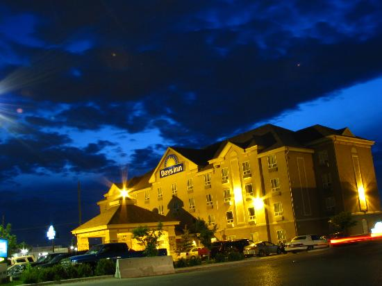 Days Inn - Calgary Airport: Days Inn Calgary Airport @ Night