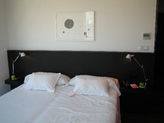 Hotel Marina Atarazanas: 2 camas juntas..