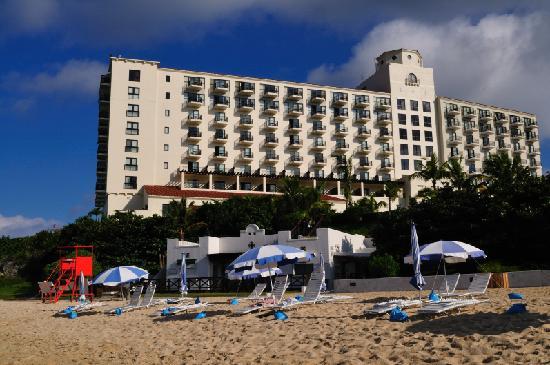 Hotel Nikko Alivila Yomitan Resort Okinawa: 海岸から見た外観一部