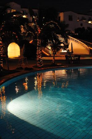 Hotel Nikko Alivila Yomitan Resort Okinawa: 夜は屋外プールのライトアップ