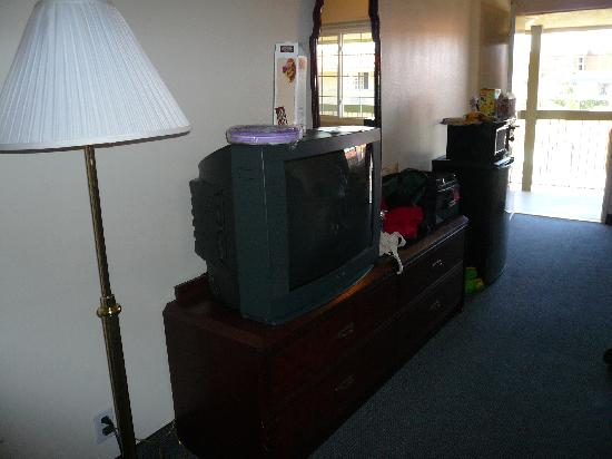Americas Best Value Astoria Inn and Suites: Other side of room, showing large (cable) TV, spacious dresser, fridge/microwave.