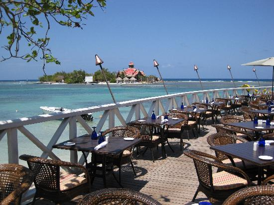Sandals Royal Caribbean Resort and Private Island : Vue du restaurant Regency