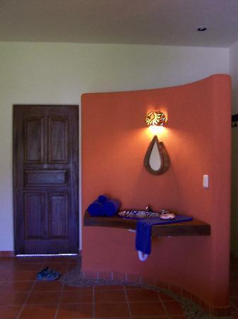 Lo Nuestro Petite Hotel: bathroom sink
