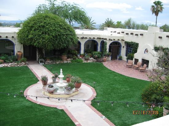 Hacienda Del Sol Guest Ranch Resort: Courtyard from our room