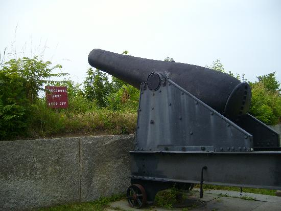 Fort Warren: Huge cannon at the fort.
