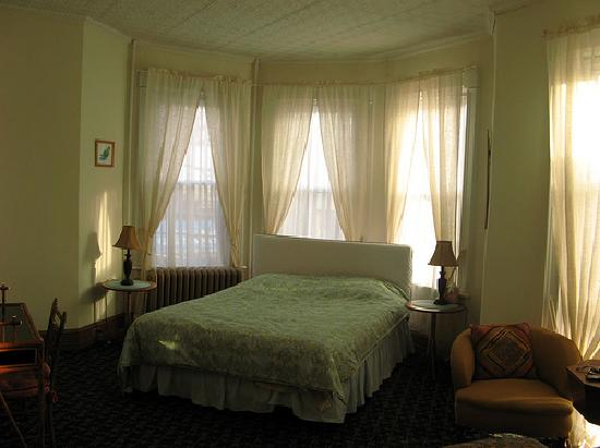 Fort Place Bed & Breakfast: That's the kingly bed I was sleeping on