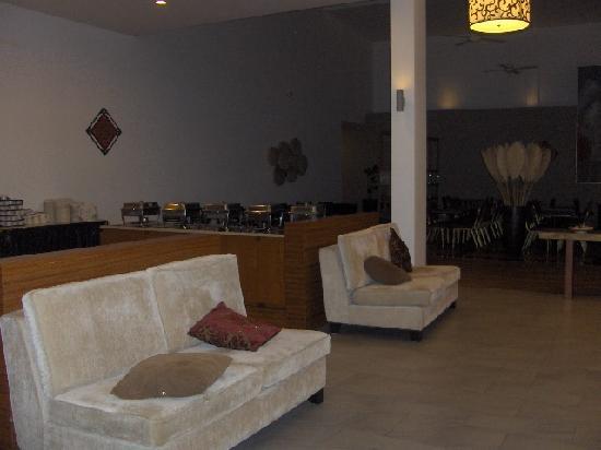 City Beach Resort: Lobby and Breakfast area