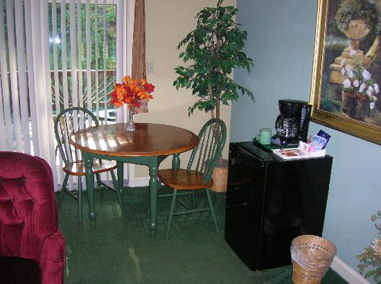 Brookside Cabins: Eating Area, Tabel Chairs, fridge