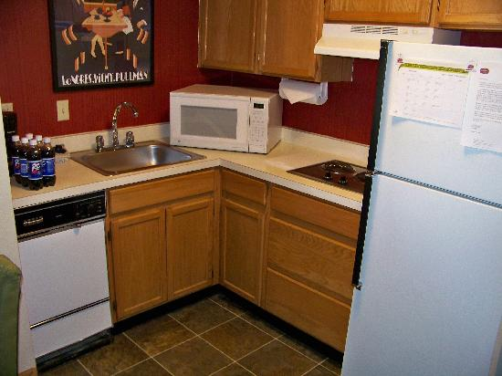 Residence Inn Indianapolis Airport: Fully equipt kitchen area