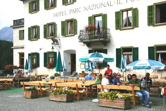 Zernez, Svizzera: La fachada del hotel y su gran terraza