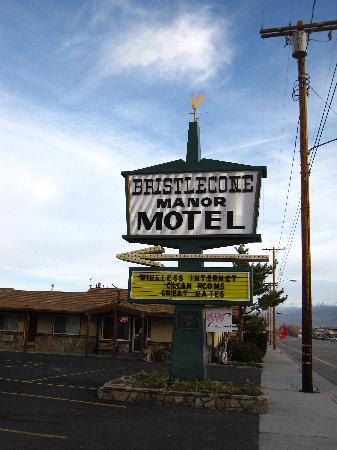 Bristlecone Manor Motel: Hotel from US 395