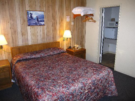 Bristlecone Manor Motel: Bed
