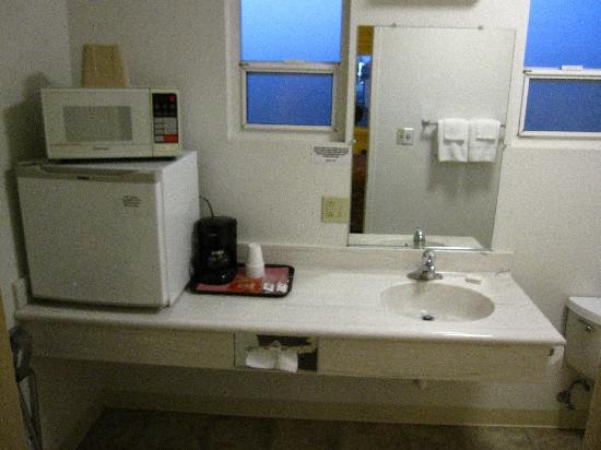 Bristlecone Manor Motel: Fridge and microwave