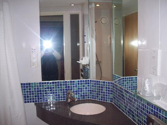 Holiday Inn Express - Edinburgh City Centre: Bathroom a little small but had everthing that you could need