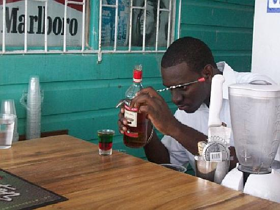 Negril Palms Hotel: Shannon the Bartendar preparing Bob Marley Shots