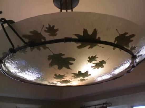 Angels Camp, Californie : Gold coated leaves in lobby chandelier
