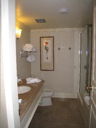 Magnolia Hotel And Spa: Large bathroom with wonderful soaking tub!