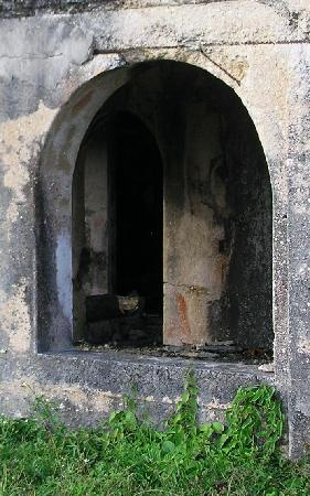 Folly Great House : An arched window on the lower floor of the ruins of the Folly Mansion
