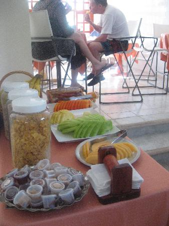 Hotel el Moro: Breakfast area w/ fresh fruit