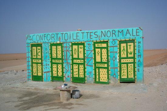 Tunisia: Servicios en medio del desierto en el lago salado.