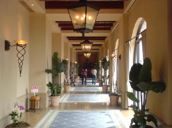 Hotel Nikko Alivila Yomitan Resort Okinawa: 美しい回廊