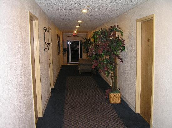 Hyde Park Hotel: Hallway to rooms