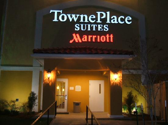 TownePlace Suites Houston North/Shenandoah: Hotel Sign at Night