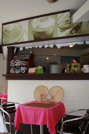 Shelly Cake Express: Interior