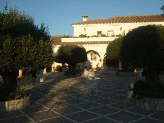 Hacienda El Tesorillo 2: Ourside courtyard.