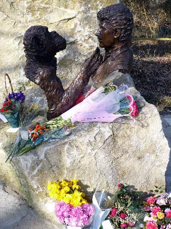 Monkey World: Jim Cronin Memorial Statue in the park