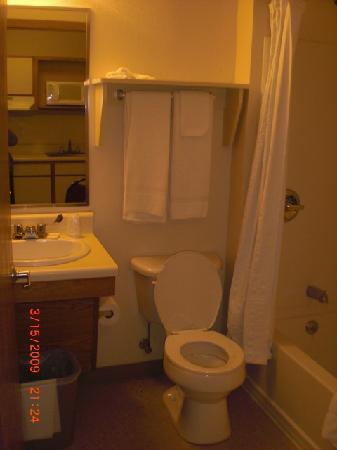 Value Place McAllen Pharr: small but fine bathroom - clean