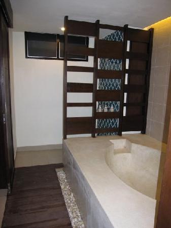 Khaolak Orchid Beach Resort: Family Suite: shower & bath