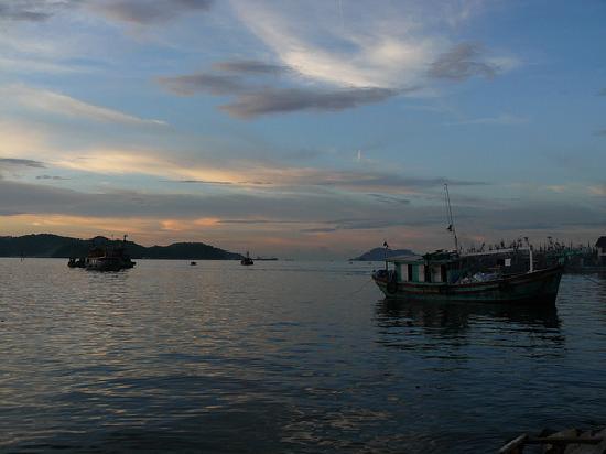 Le Meridien Kota Kinabalu: Sunrise from the bay front