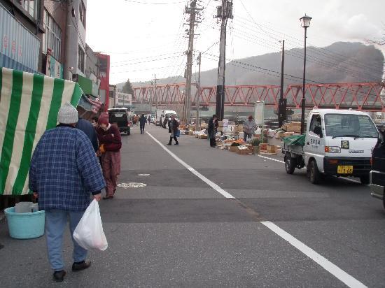 Kamaishi, Japan: すぐ近くの川沿いで朝市が行われている