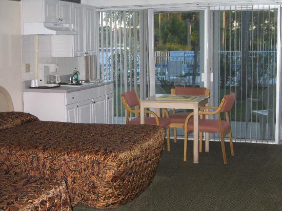 Warm Mineral Springs Motel: optional kitchen