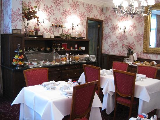 Hotel Prinsenhof Bruges: Breakfast room with buffet table