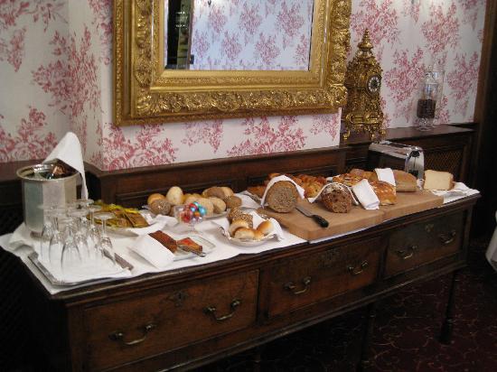 Hotel Prinsenhof Bruges: Breakfast room with bread table