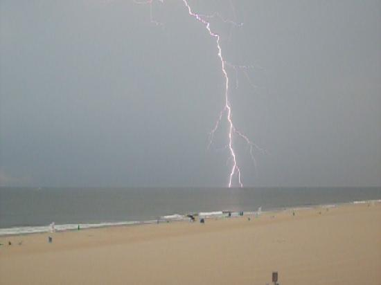 Comfort Inn Boardwalk: Lightning we saw from the balcony