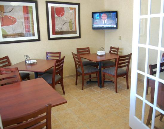 Motel 6 La Crosse WI: Breakfast Dining Area
