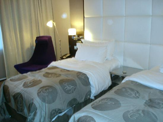 bedroom scene with twin beds picture of sofitel brussels le louise