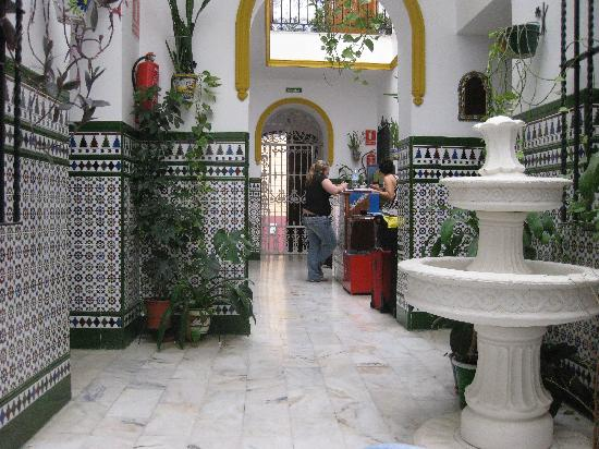 Triana Backpackers: The lobby was spotless and very pretty. Everything was very clean and styled beautifully.