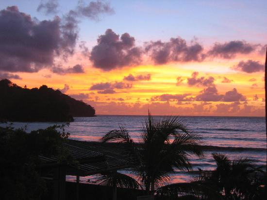 D' Coconut Cove Holiday Beach Resort: sunrise from balcony