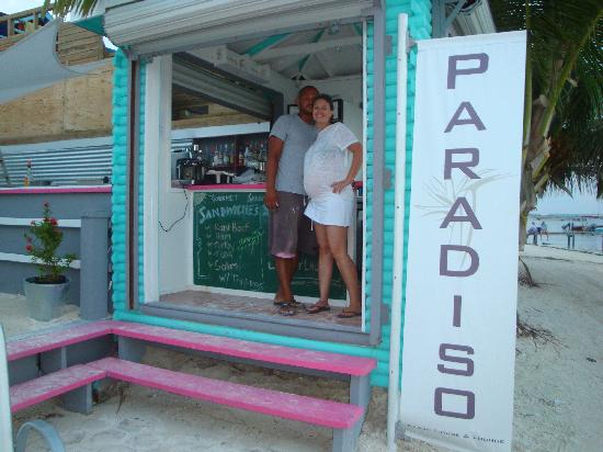 Paridiso Beach House and Lounge : The owners outside the gourmet sandwich shop and bar.