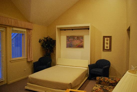 Attitash Motel: Murphy bed