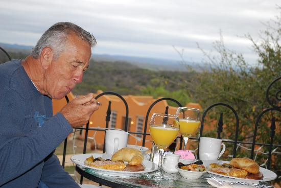Trois Estate at Enchanted Rock: Breakfast on the roof top at Trois Estate