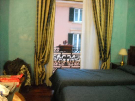 Hotel Le Petit: Basic but comfortable