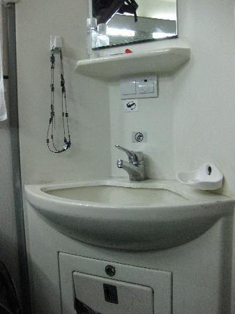 OSE: 寝台車の個室に洗面台があってっとっても便利。快適。