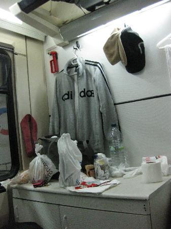 OSE: ハンガーと冷蔵庫(台の下)がありました。